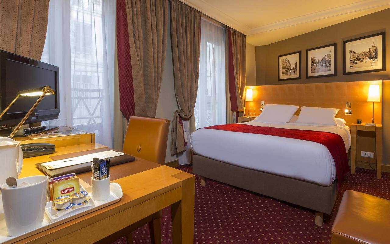 room for one person in luxury hotel in latin quarter