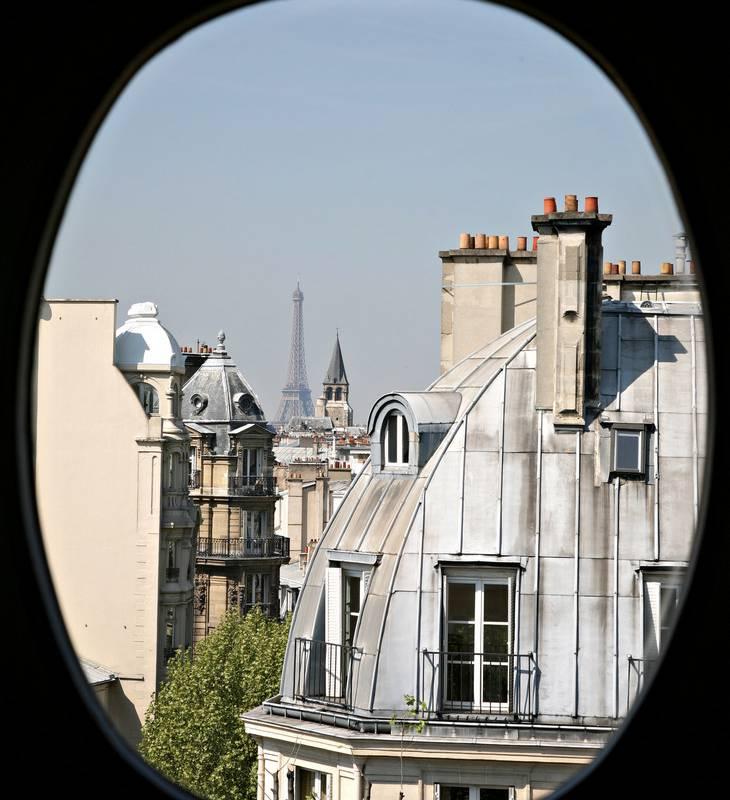 Chambre d'hotel avec vue sur la tour Eiffel