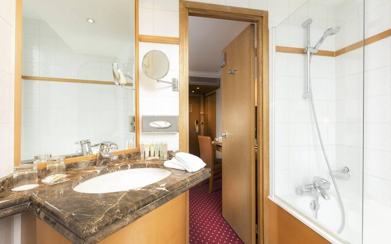 salle de bain d'un hotel 4 étoiles à paris