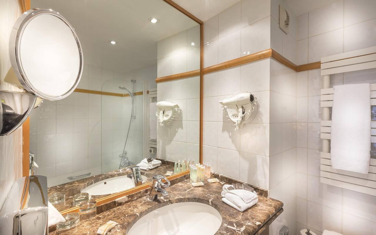 salle de bain chambre triple hotel paris